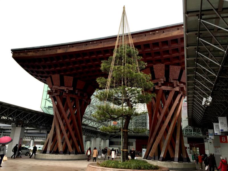 金沢駅 鼓門と雪づり
