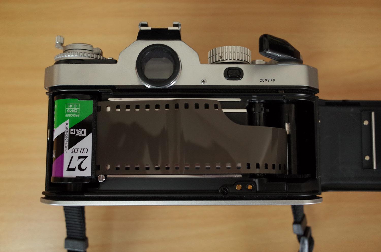 フィルムをカメラに入れる