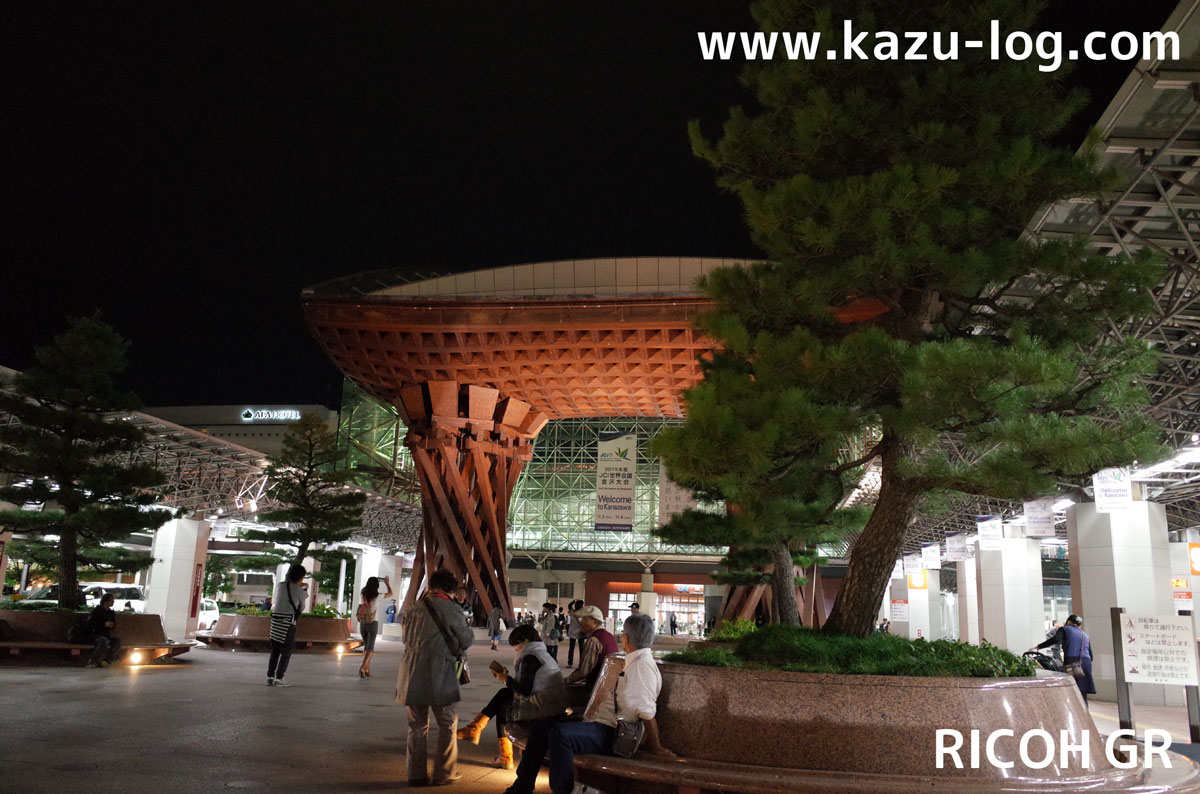 夜の金沢駅鼓門を斜めから撮影(RICOH GR)