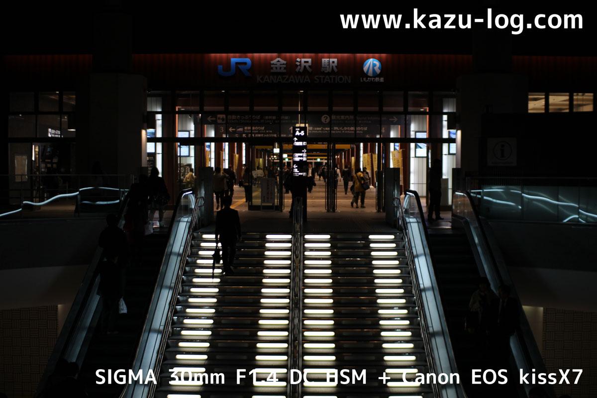金沢駅のエスカレーター(SIGMA 30mm F1.4)