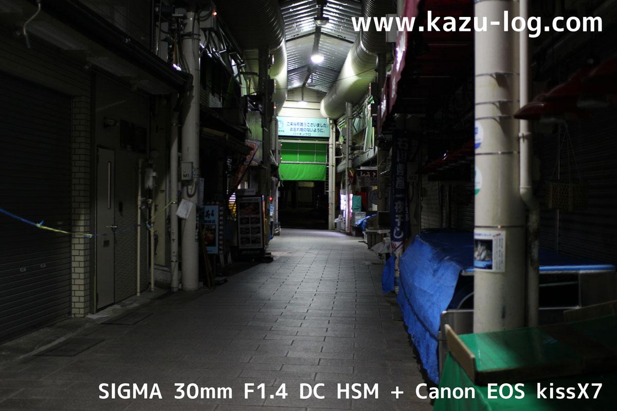 夜の近江町市場1(SIGMA 30mm F1.4)