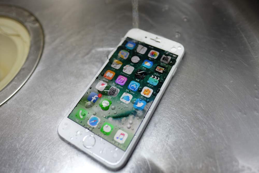 iPhoneを流水で水没させてみる