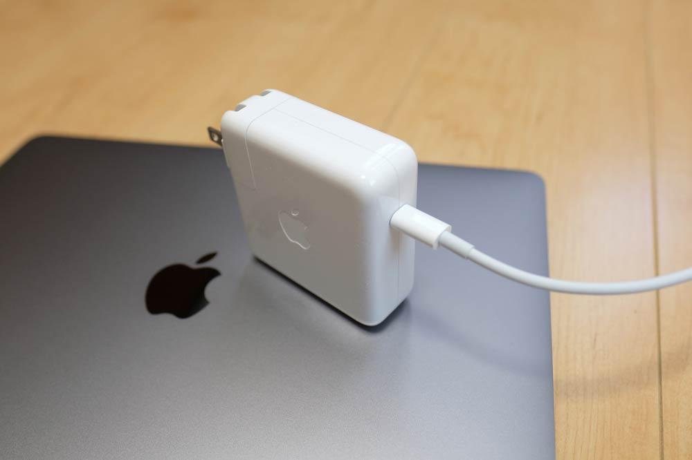 MacBook Pro 13インチの充電アダプタ