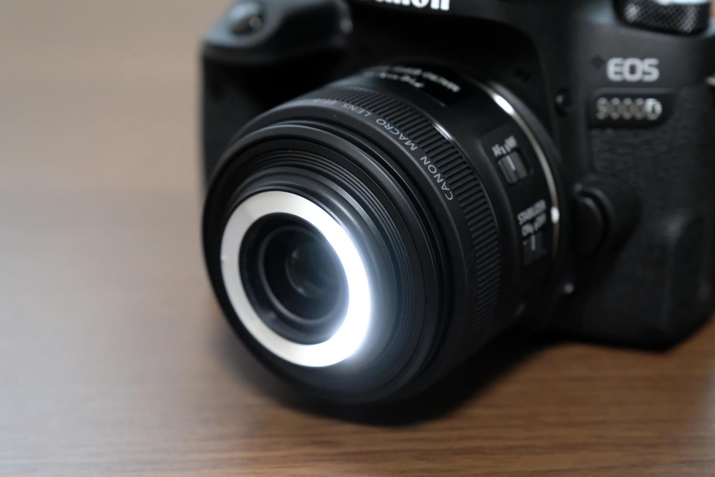 EF-S35mm F2.8 マクロ LED 左ライト(強)ON状態