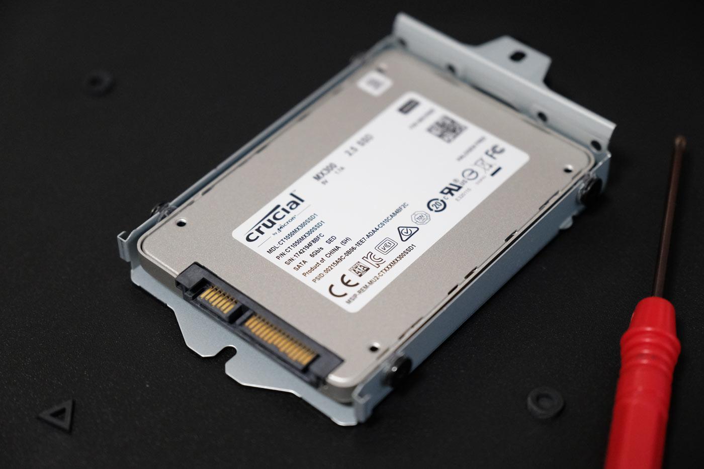 SSDをビス留めして取り付け