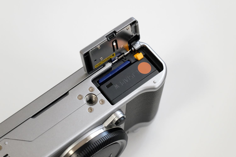 充電池とSDカードスロット