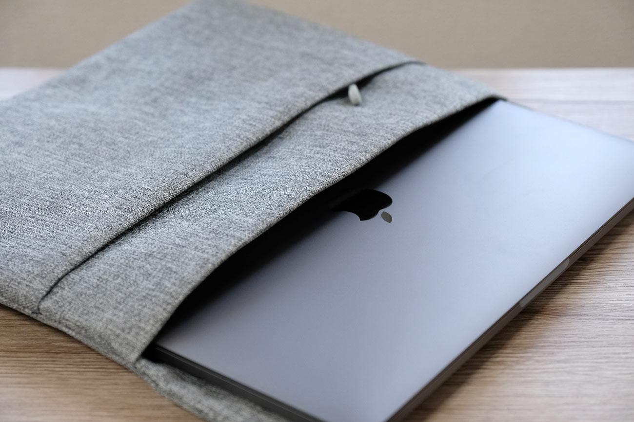 MacBook Proをスリーブケースに入れる