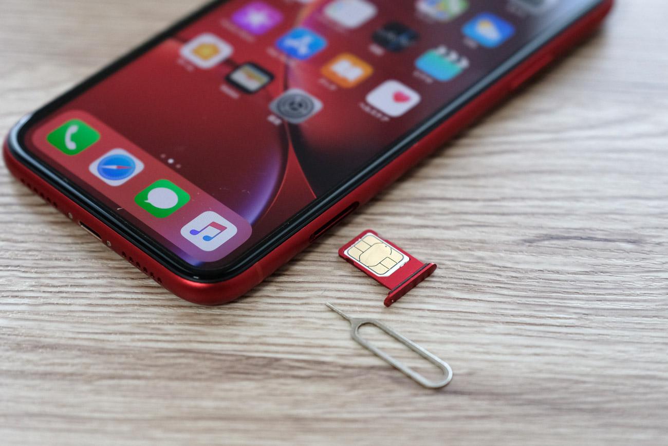 iPhoneにSIMカードを入れる