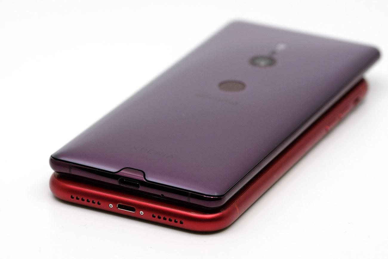 iPhone XR・Xperia XZ3 充電ポートを比較