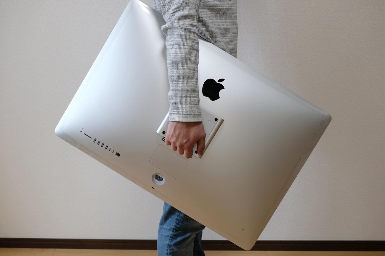 iMacを手で持って運ぶ
