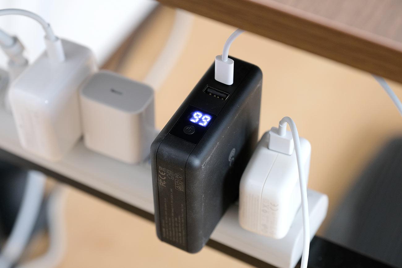 電源タップにSuper Mobile Chargerを接続