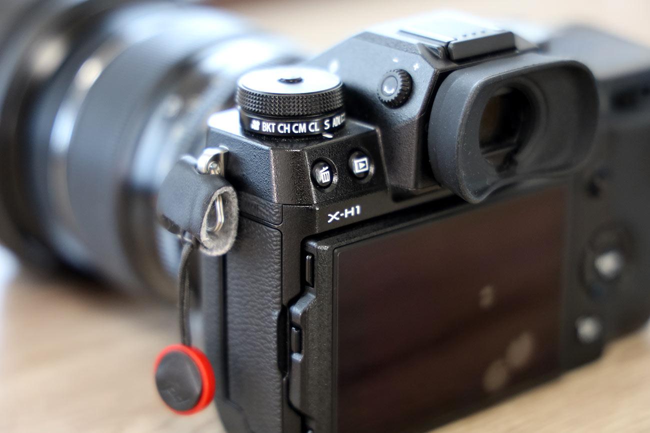 X-H1 後ろからの筐体デザイン