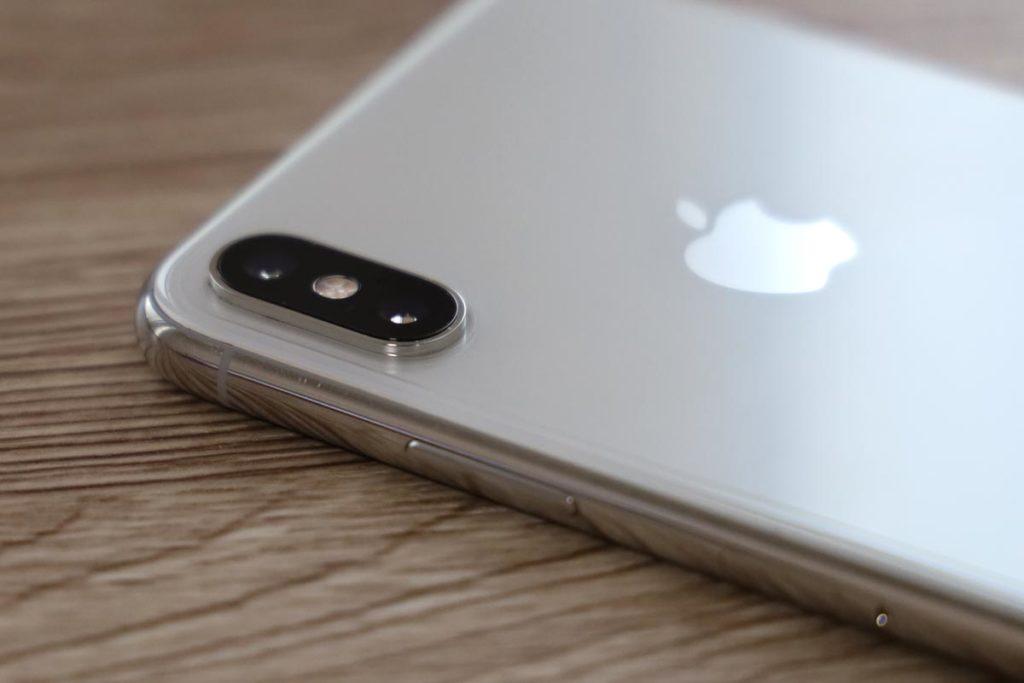 iPhoneに背面用保護フィルムを貼り付けた状態