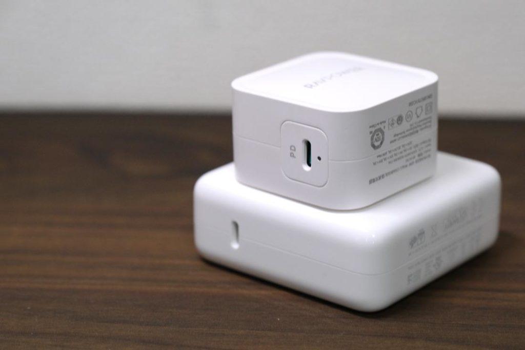 RAVPower RP-PC112とMacBook Pro 13の充電アダプタの大きさ比較