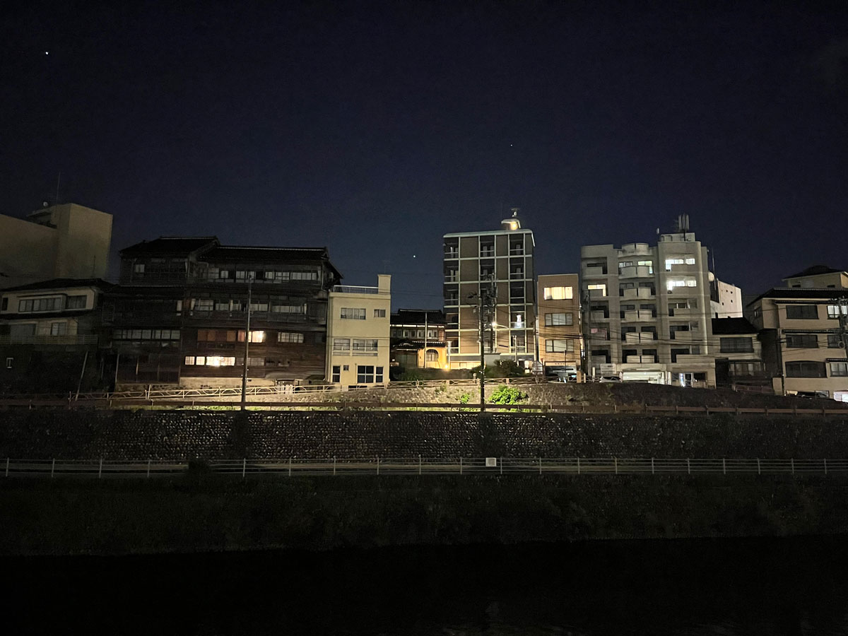iPhone 13 広角カメラで夜間撮影