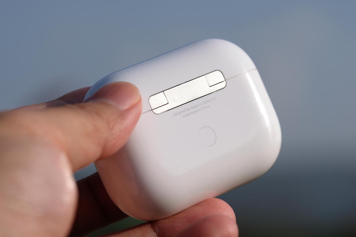 充電ケースの背後にあるボタン