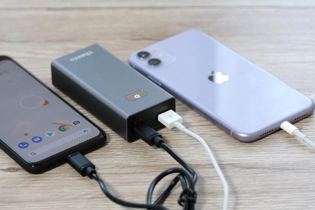 Pixel 4とiPhone 11を充電