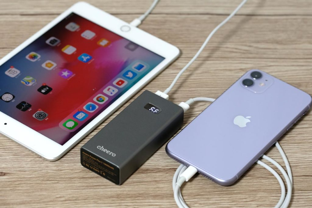 iPad mini 5とiPhone 11を充電