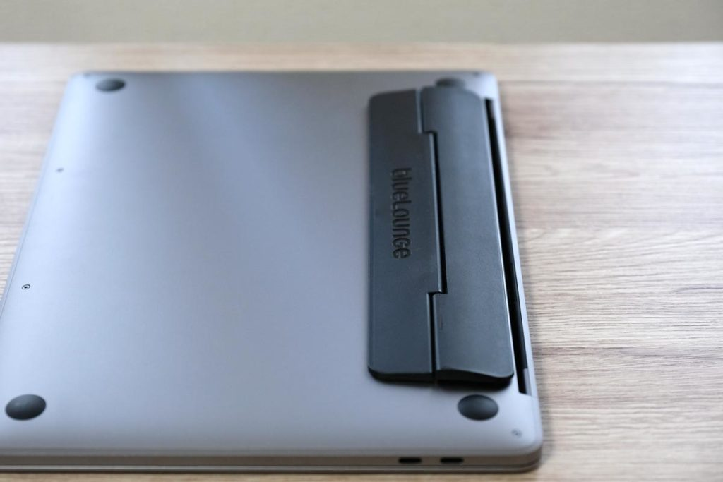 MacBook ProにBluelounge Kickflipを取り付け