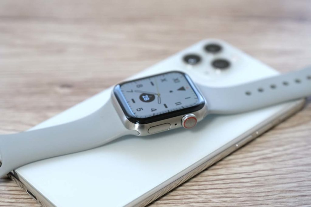 iPhone 11 ProとApple Watch チタン