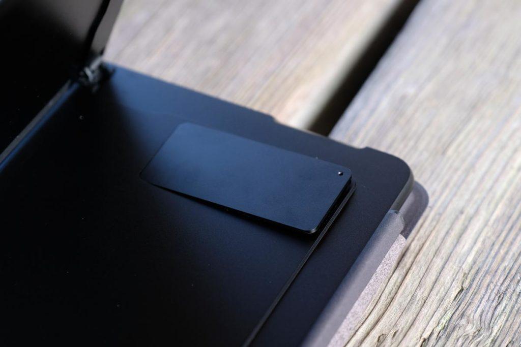 SSDストレージ・SIMカードスロットのカバーを外す