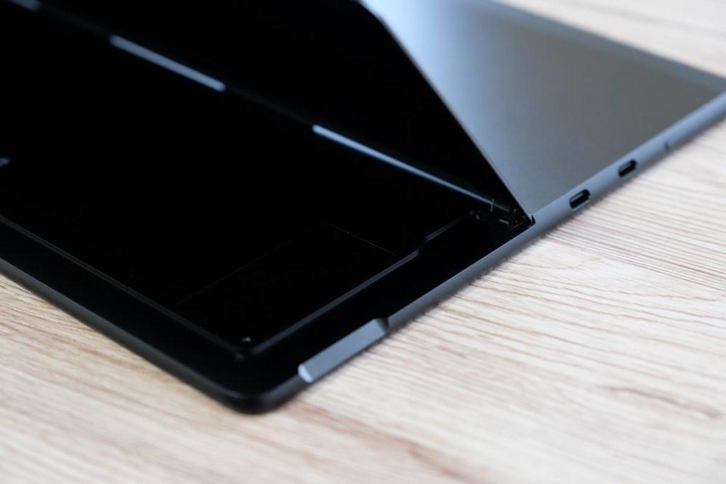 Surface Pro Xのスタンドを開いた状態