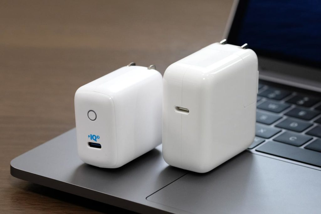 Anker 30W・Apple 30W 充電器の大きさ比較
