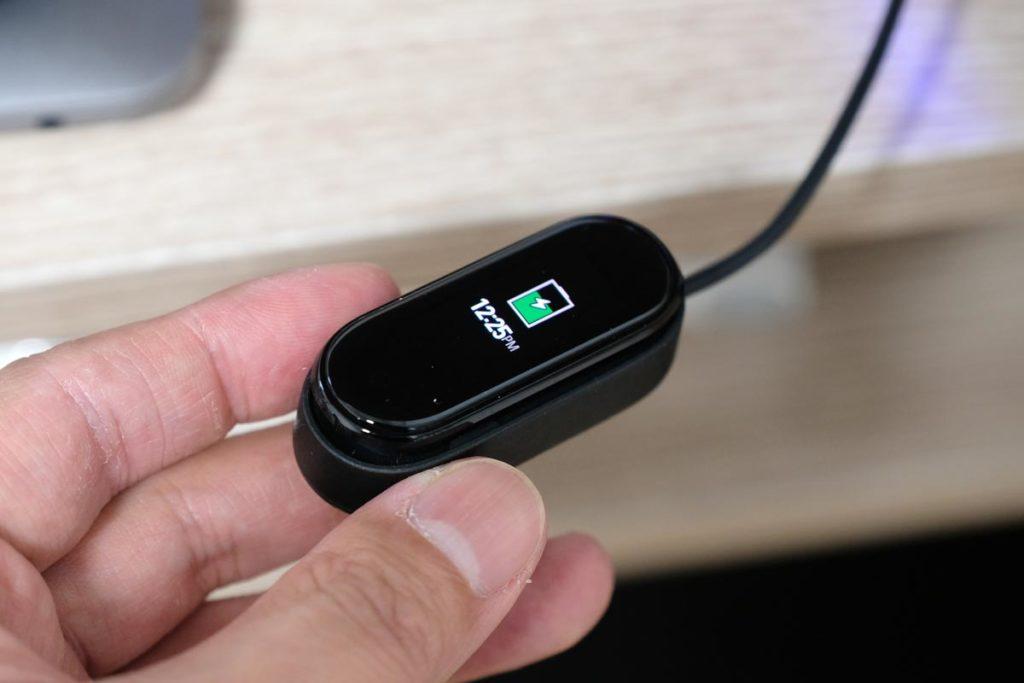 Mi Smart Band 4本体を充電する