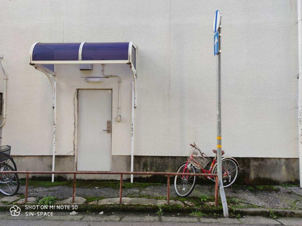Mi Note 10 広角カメラで撮影(壁と自転車)