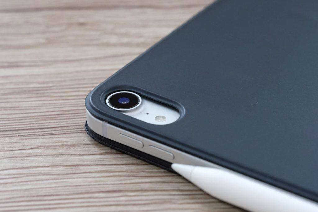 Smart Keyboard Folioはリアカメラをフラットに