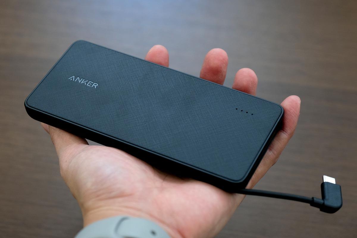 薄型のモバイルバッテリーで縦横サイズは大きめ