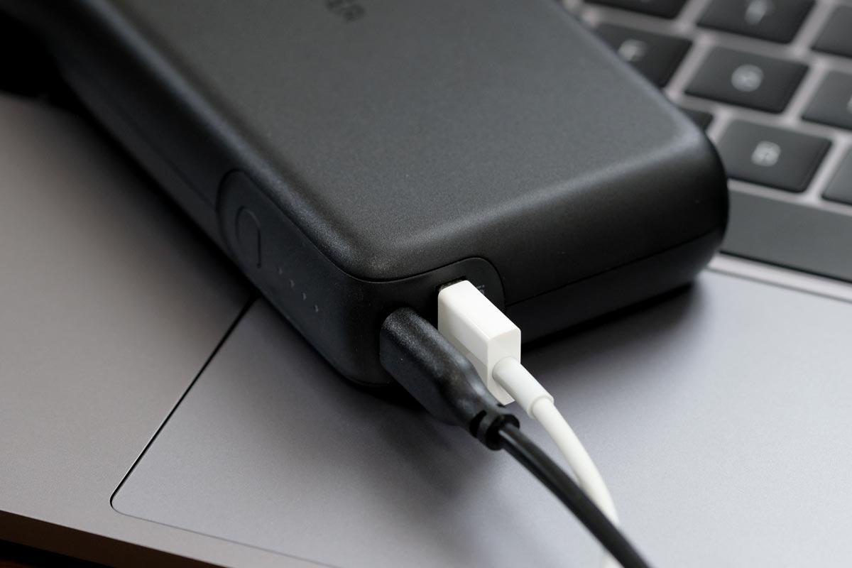 USB-CとUSB-Aポートにケーブル接続