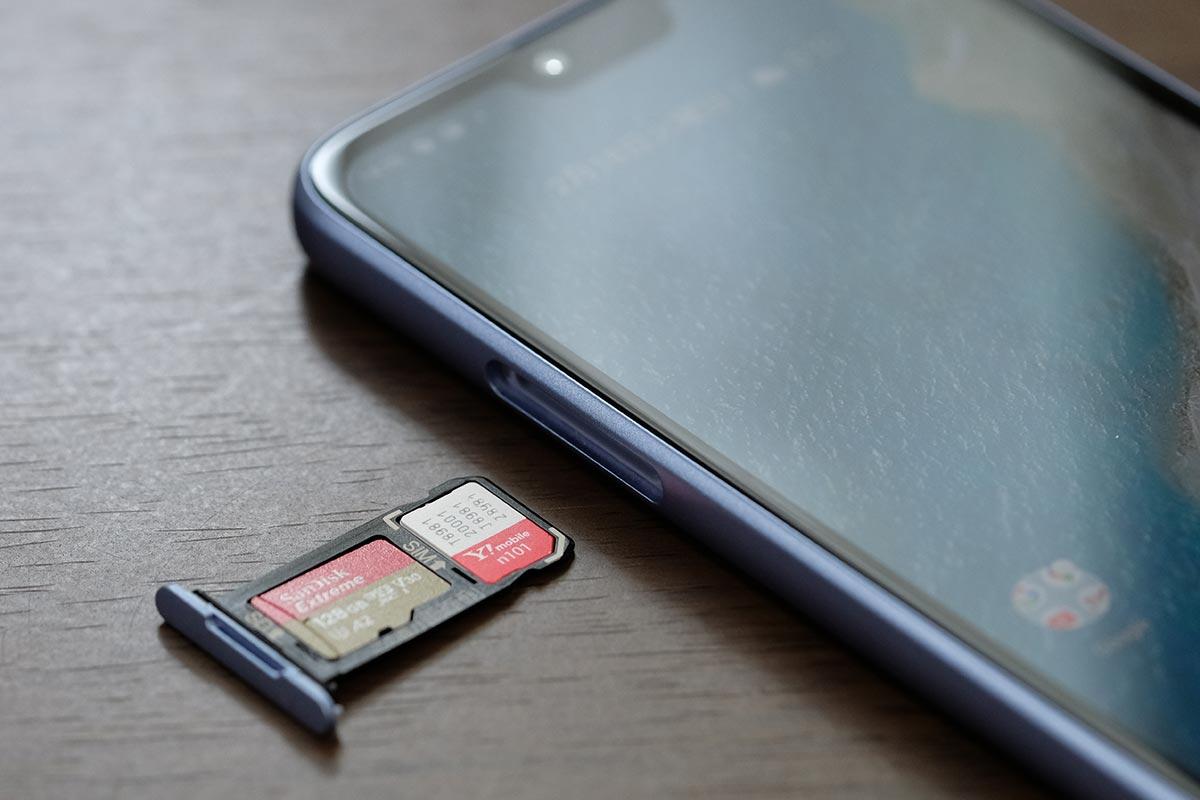 nanoSIMとmicroSDカードに対応