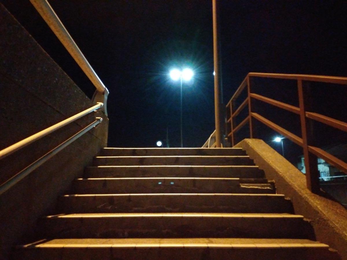Libero S10で夜の階段を撮影