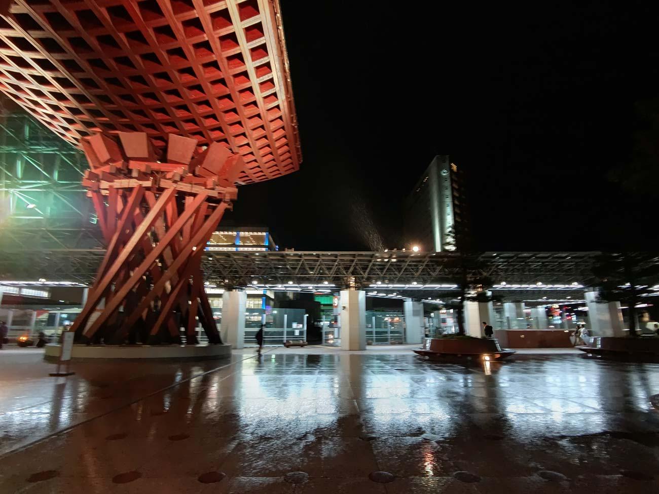 夜雨の金沢駅をAQUOS R5Gで撮影