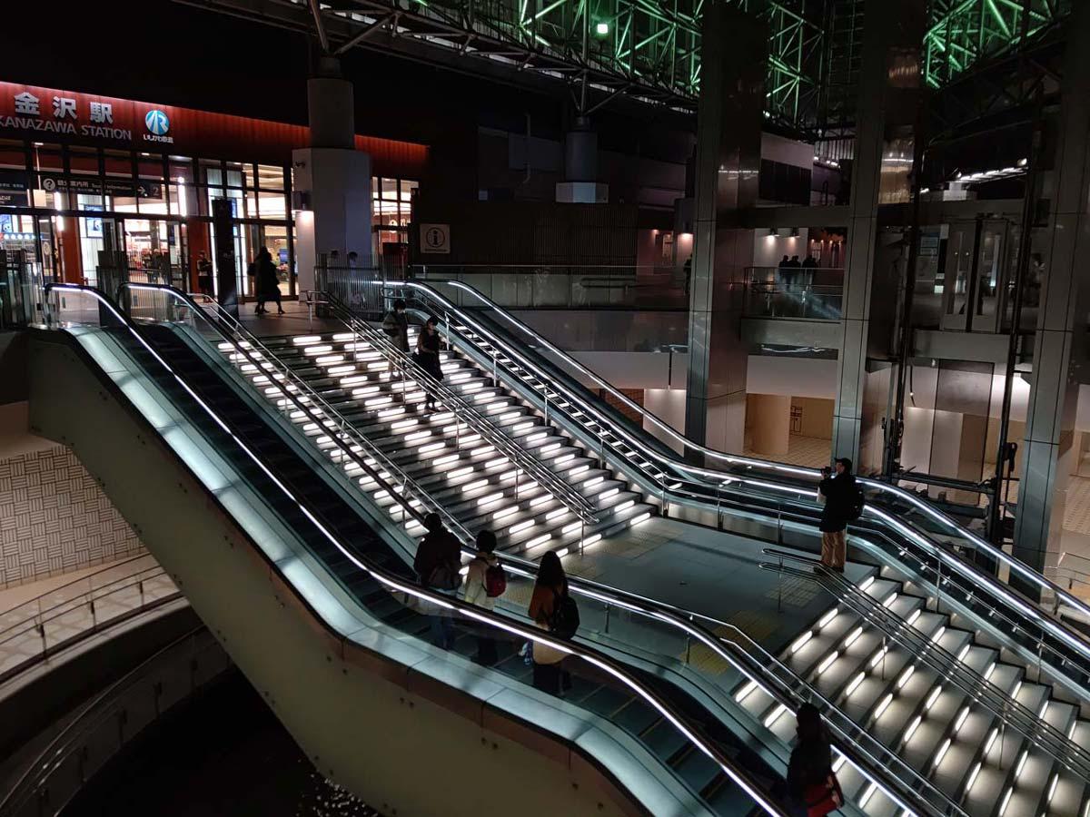 夕暮れの金沢駅をAQUOS R5Gで撮影