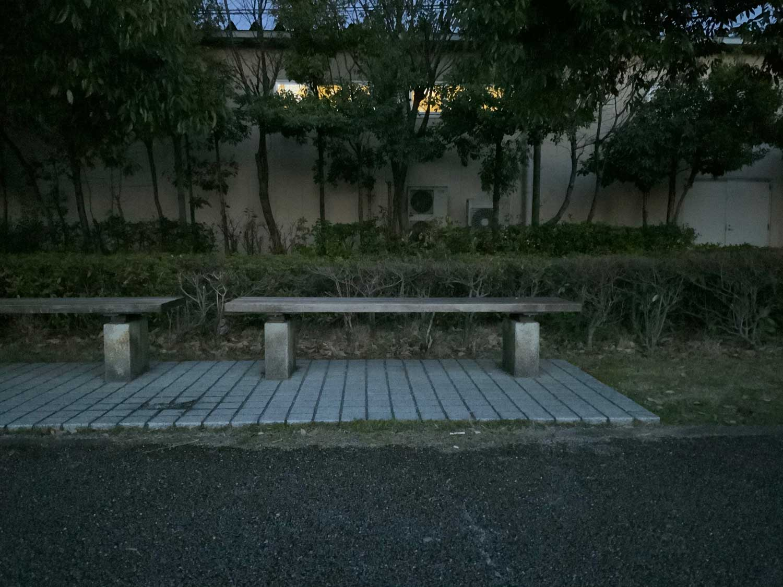 iPad Proで暗がりのベンチを撮影