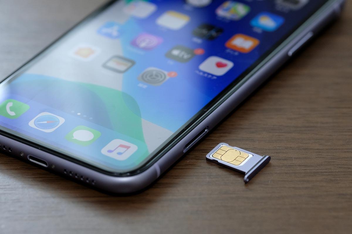 iPhone 11にSIMカードを入れる