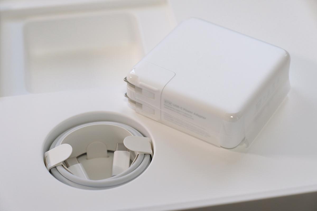 充電アダプタとUSB-Cケーブル