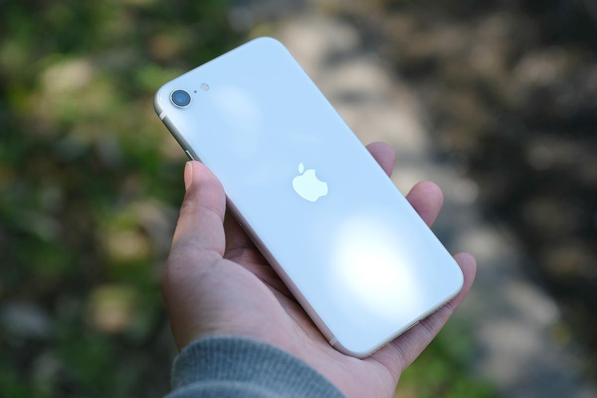 iPhone SE(第2世代)は本体が軽い