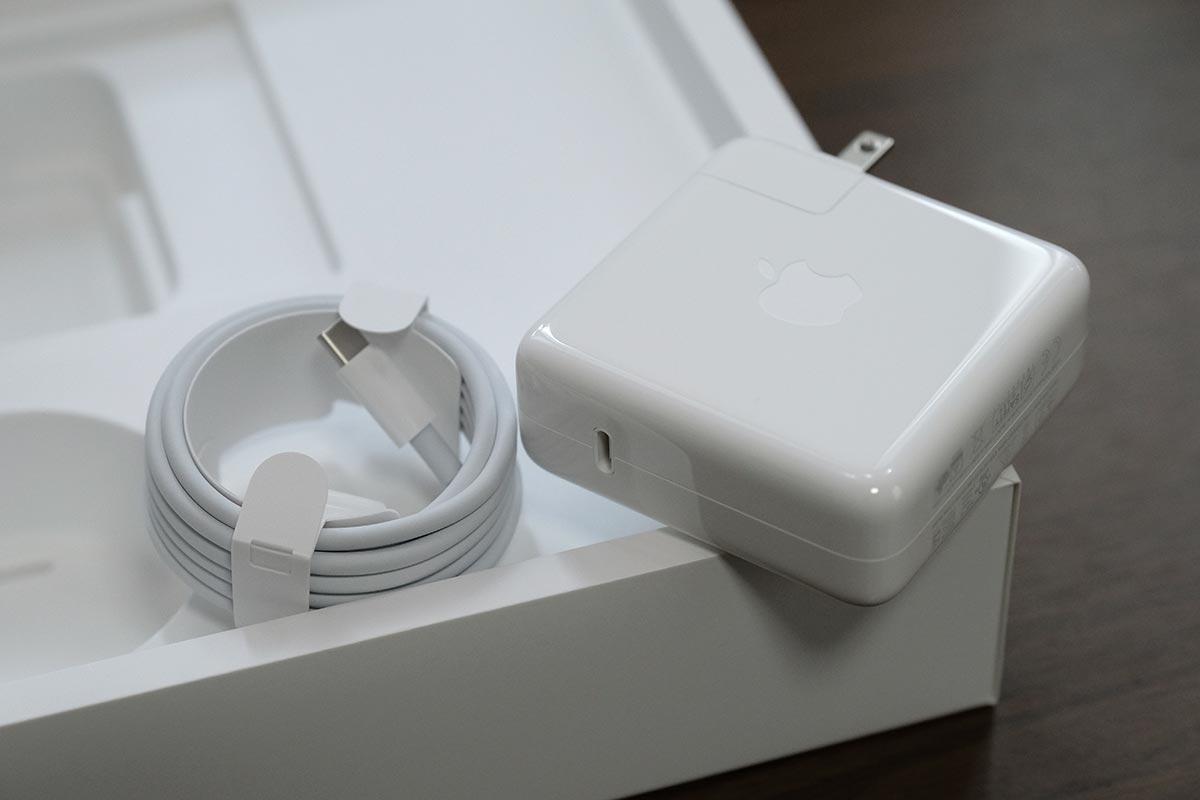 USB-Cケーブルと61Wの充電アダプタ