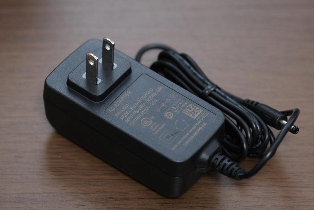 専用の充電アダプタが付属している(24W)