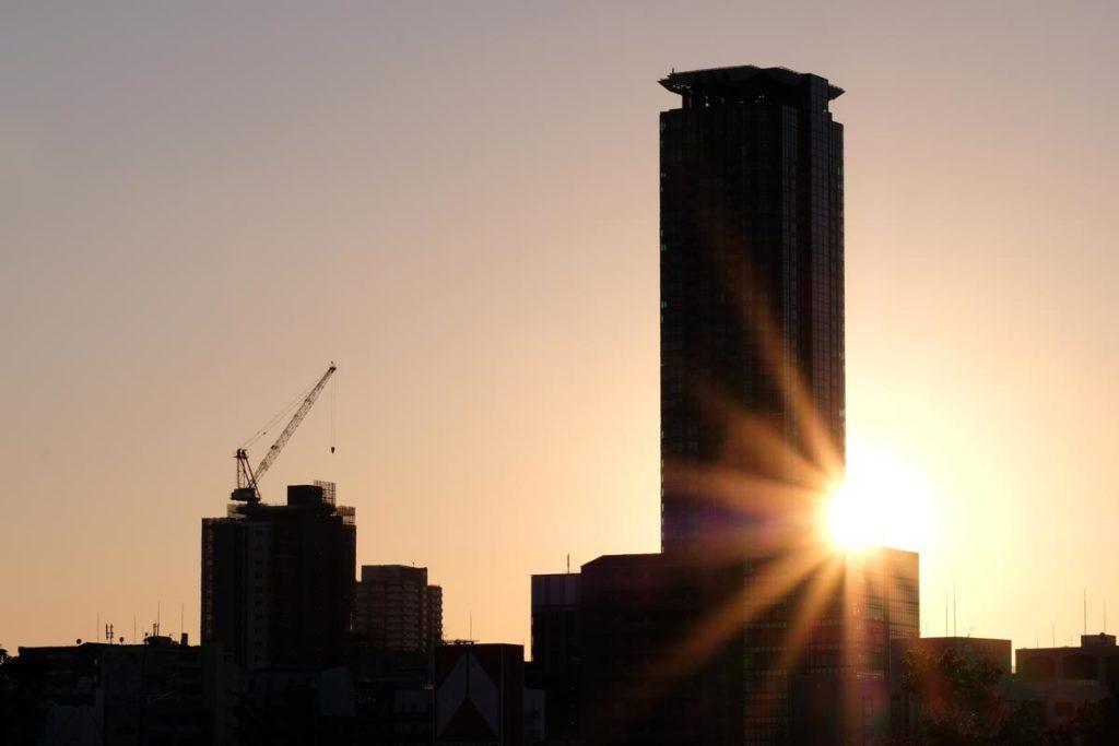 XF90mmF2でビルの隙間の夕日を撮影