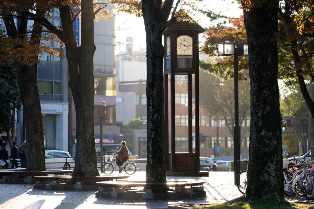 XF90mmF2で昼下がりの街中を撮影