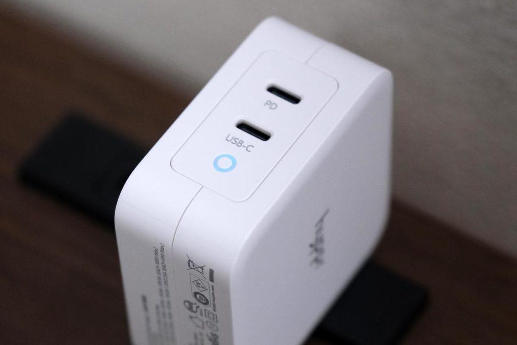 青色のLEDインジゲーターで充電可能状態