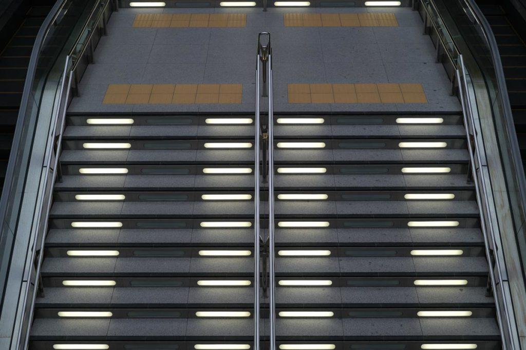 X-T4 + XF35mmF1.4Rで金沢駅の階段を撮影