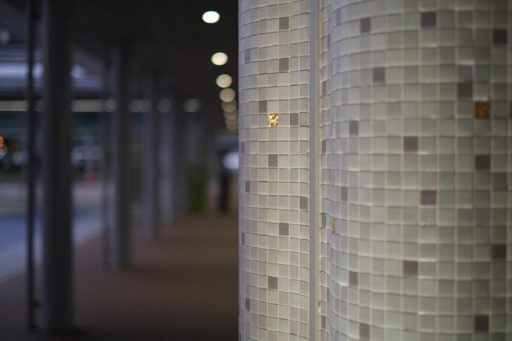 X-T4 + XF35mmF1.4Rで金沢駅の柱を撮影