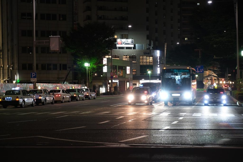 XF16-55mmF2.8で夜の道路を撮影