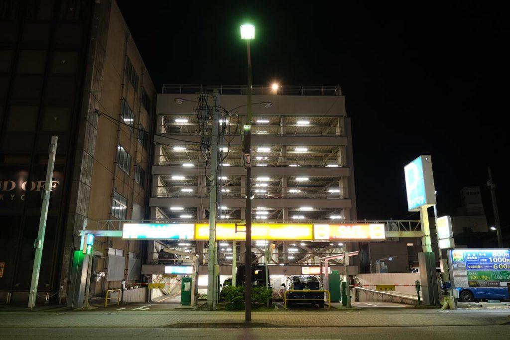 X-T4 通常モードで夜の立体駐車場を撮影