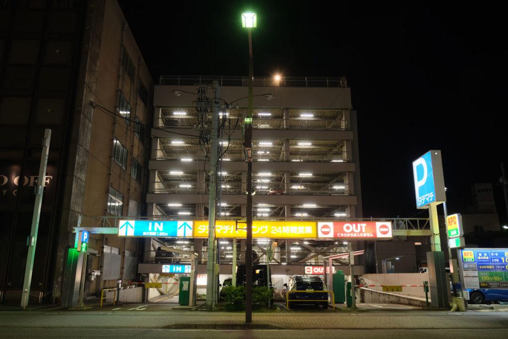 X-T4 HDRモードで夜の立体駐車場を撮影